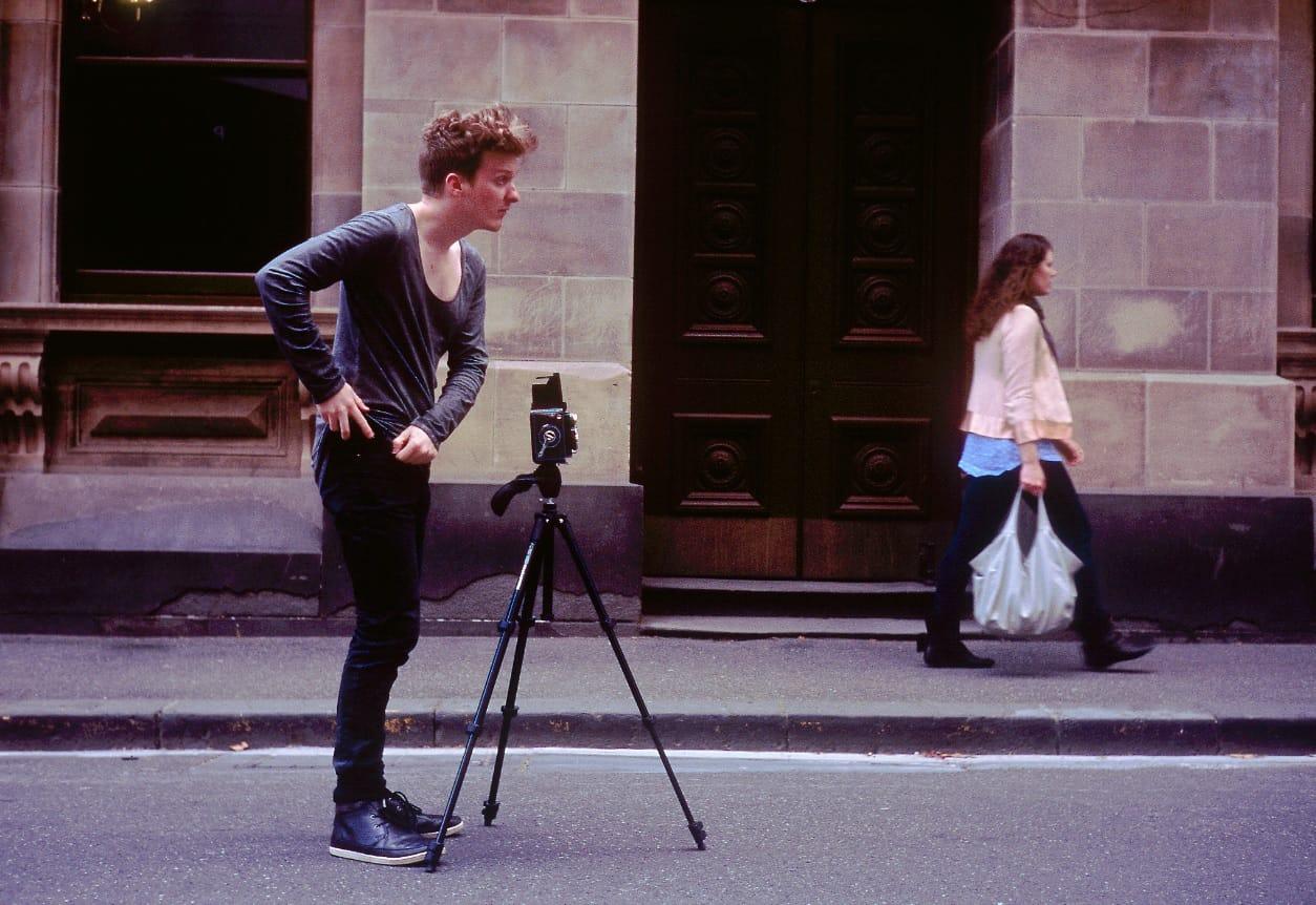 wie werde ich glücklich - junger Mann, der fotographiert