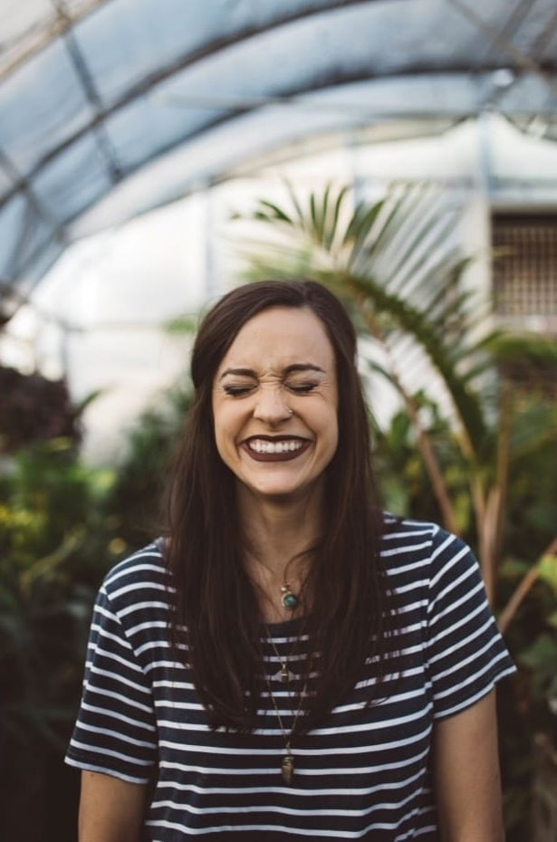 wie werde ich glücklich - Vorfreude im Gesicht einer jungen Frau
