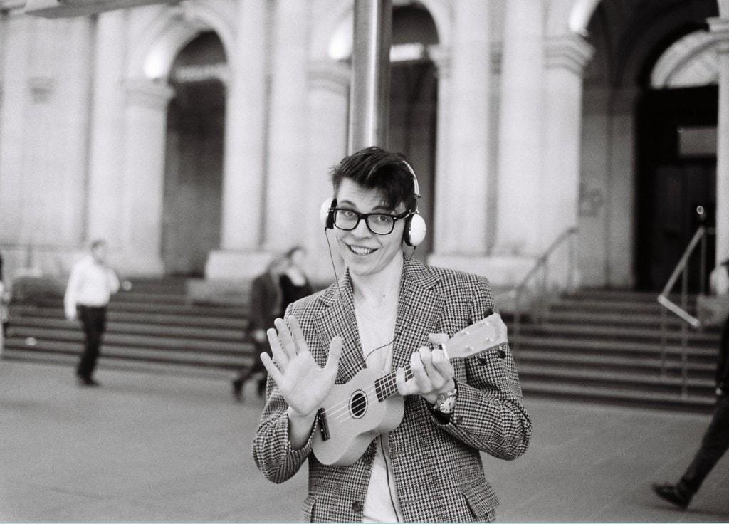 wie werde ich glücklich - junger Mann mit Gitarre